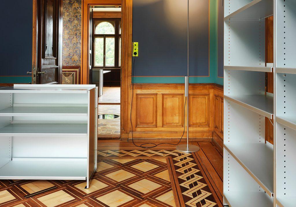 Lehni fabrique du mobilier en métal pour la maison et le bureau depuis plus de cinquante ans. L'éditeur conserve ses classiques, comme la fameuse étagère en aluminium d'Andreas Christen, tout en continuant d'enrichir son catalogue de nouveautés. La collection est synonyme de précision et de qualité de fabrication made in Switzerland. L'entreprise réédite également la série de 15 meubles en 15 couleurs qu'elle inspira à l'artiste minimaliste américain Donald Judd dans les années 1980.