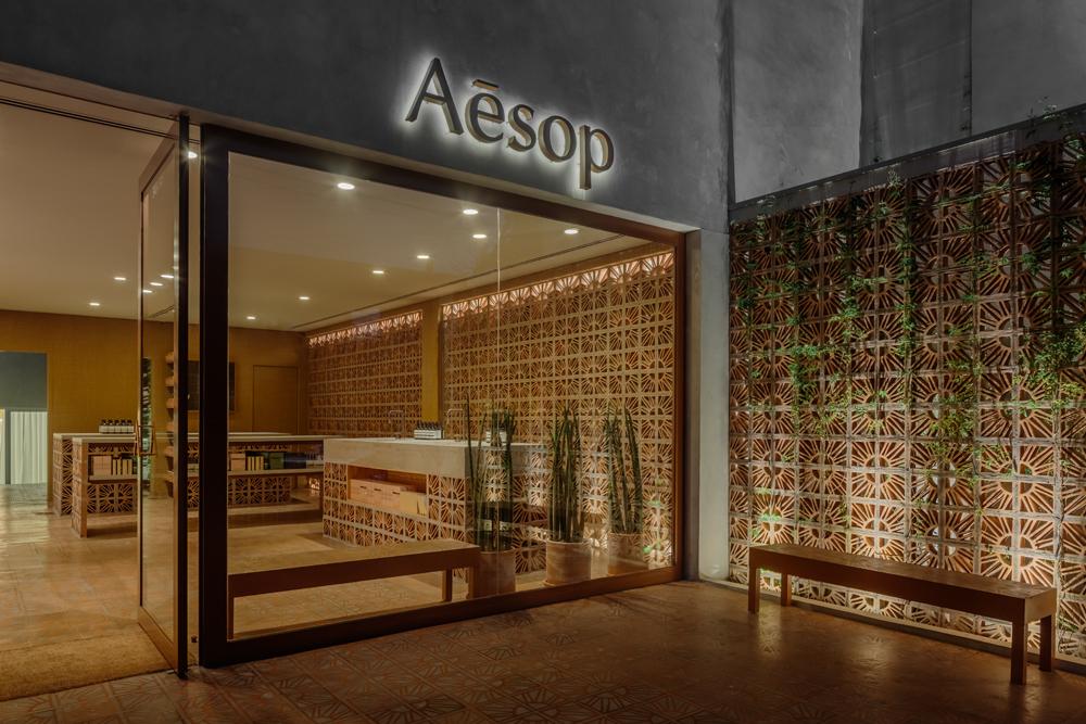 Les designers brésiliens Fernando et Humberto Campana signent la dernière boutique Aesop à São Paulo. La brique Cobogó, une brique ajourée beaucoup utilisée dans la construction en Amérique du Sud pour favoriser la ventilation et l'ombre, est le matériau phare de cette nouvelle adresse. Autre originalité : L'architecture se prolonge à l'extérieur sous la forme d'une petite place publique, appelée à devenir un lieu d'échanges dans le quartier.