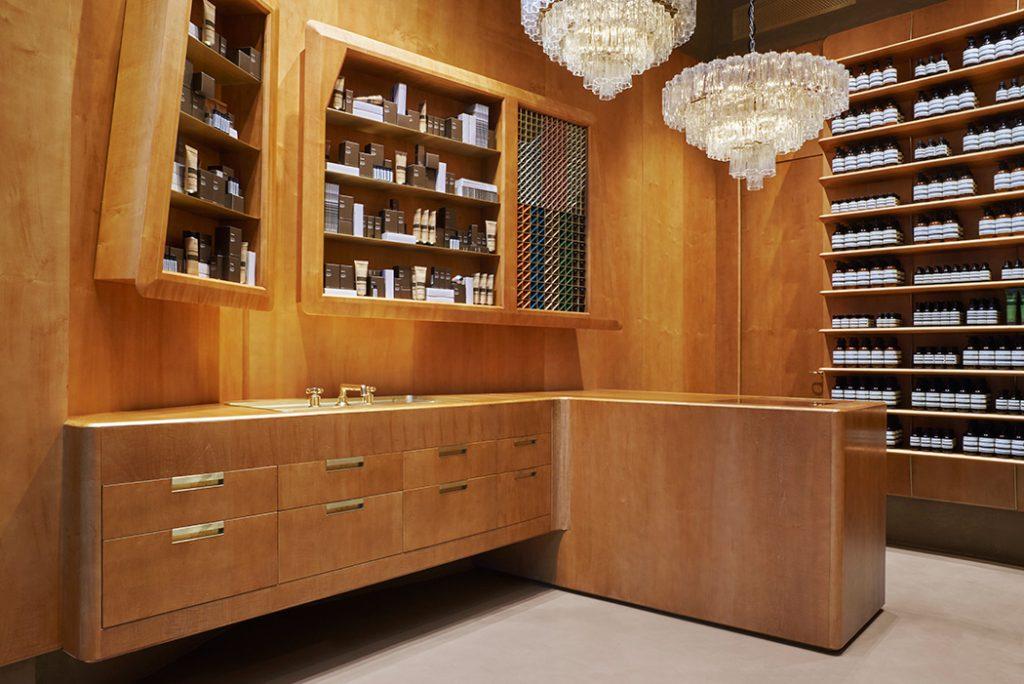 Le style moderniste de la nouvelle boutique Aesop à Lausanne s'inspire du travail de Gio Ponti pour l'hotel intercontinental de Naples. Le département architecture d'Aesop a misé sur un aménagement précieux rehaussé laiton et de somptueux lustres Venini années 60.