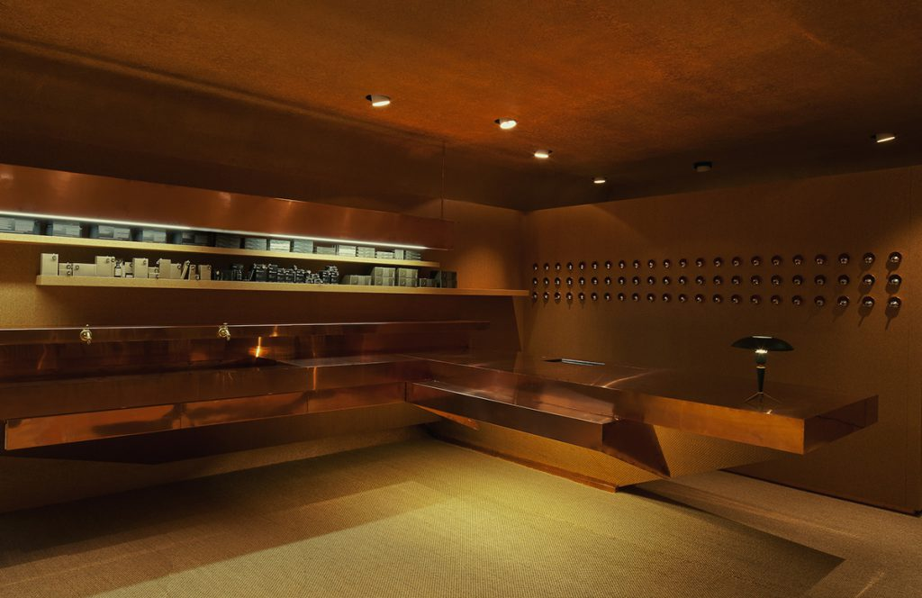 C'est un peu le fantasme du bunker alpin que l'architecte australien Rodney Eggleston, fondateur de March Studio, a cherché à exprimer à Genève. Parée de cuivre, la boutique de la Rue de la Fontaine se veut un clin d'œil au commerce international autant que la planque imaginaire et ultra chic d'agents secrets.