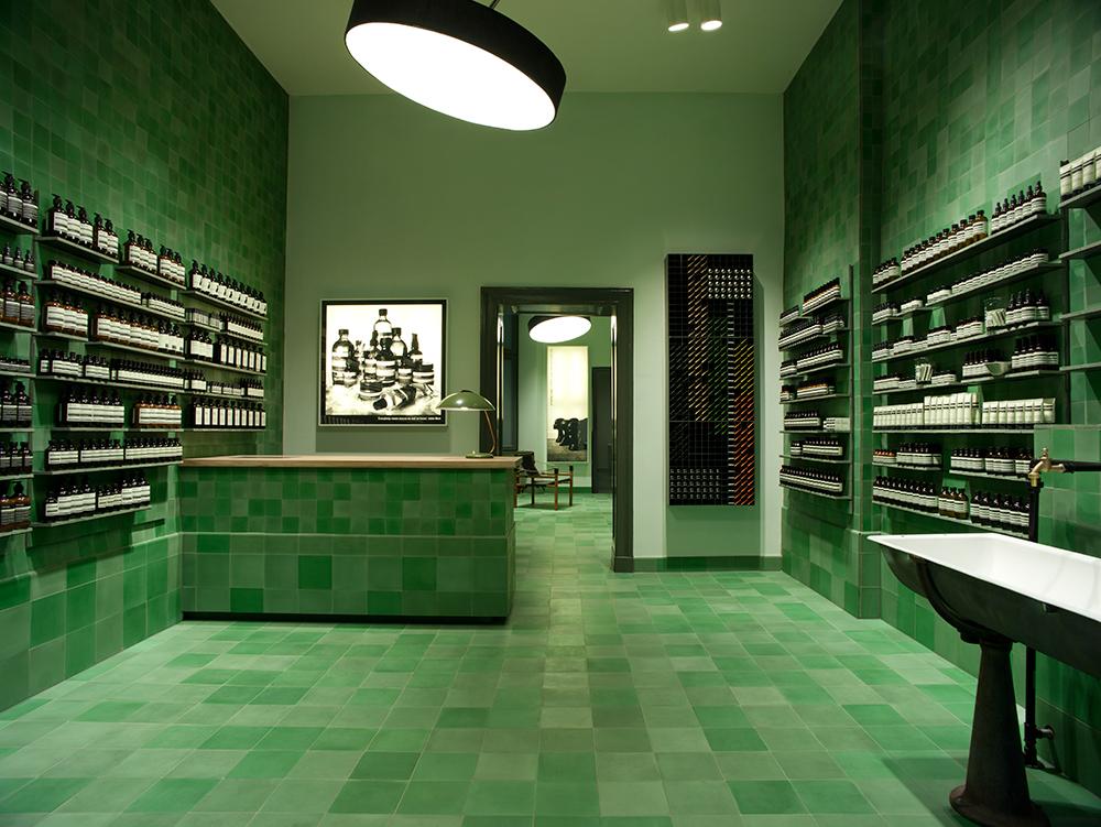 Couverte du sol aux murs de carreaux de ciment de tons verts, la boutique de Berlin-Mitte se présente sous une apparence aussi clinique que vibrante. Le Berlin historique mais aussi moderne, sous l'influence du Bauhaus, a servi de point de départ à Weiss-heiten. Le bureau d'architectes berlinois s'est également inspiré des monochromes de Gerhard Richter pour cet espace implanté dans le coeur artistique de la ville.