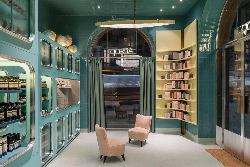 Les intérieurs de Dimore Studio sont souvent flamboyants avec une touche de décadence. La boutique à Corso Magenta, Milan, rappelle le faste des garde-mangers des grandes villas italiennes des années 30. L'esprit qui se dégage des lieux, avec des étagères aux teintes vert pastel, jaune et rose, et des carreaux de céramique brillants, invite à un élégant voyage dans le temps.