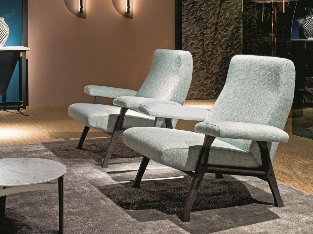Le fauteuil et le canapé deux places Hall de Roberto Menghi a été dessiné en 1958 pour Arflex. L'éditeur italien réédite depuis avril cette jolie assise récompensée par une mention honorable au Compasso d'Oro en 1959, et l'adapte au goût du jour avec une base en bois. Photo © Arflex