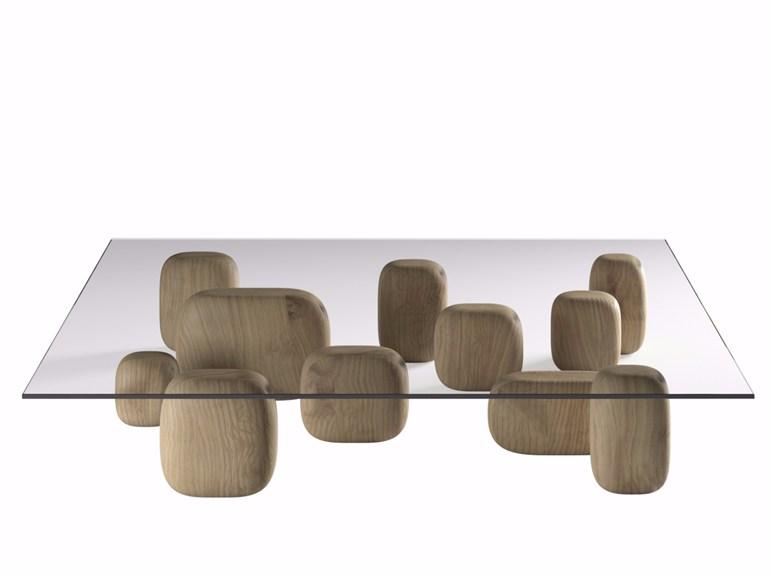 La table Ishi de Nendo pour De Padova se compose de 11 éléments en cèdre libanais, dont seulement 6 supportent le plateau en verre. Empreinte de poésie, Ishi signifie en japonais le chemin à parcourir pour atteindre un but. Nendo s'est illustré dans l'édition 2016 de la Milan design week avec son installation « 50 manga chairs ».