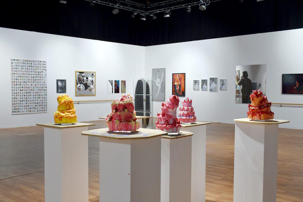 The Ball Room, l'exposition de Samuel Gross, réunit plusieurs oeuvres des galeries présentes sur la foire, réunies sous la thématique du ballet.