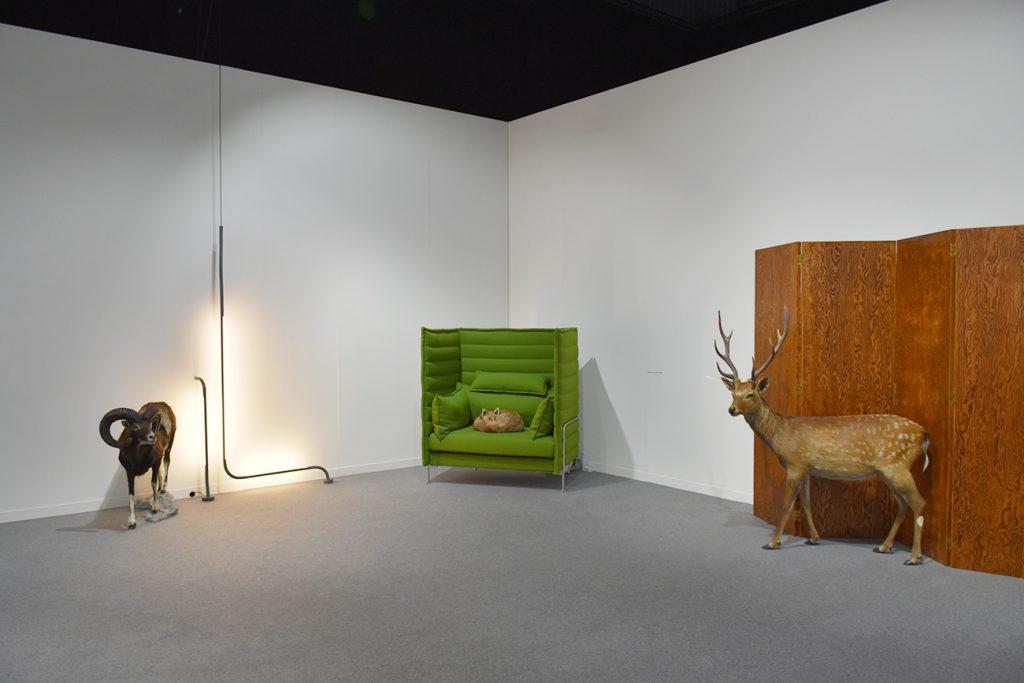 Le commissariat de l'exposition de design, «Mobilier domestiques et animaux sauvages», a été confié à l'artiste Mathieu Mercier. L'animal empaillé sert ici de fil rouge.