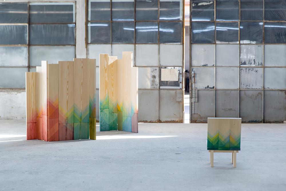 Inauguré à la design week de Milan (5VIE), Herringbones de Raw Edges expérimente des techniques de coloration propres au textile dans une série d'assise, de tables et de paravents en bois massif. Le bois brut est ainsi délicatement teinté de motifs géométriques multicolores, très tendance cette année.