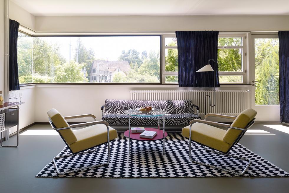 Fondée en 1904, Embru est aujourd'hui encore synonyme de tradition et de qualité suisse. La marque est notamment un prestataire leader de mobilier scolaire et hospitalier. Dans les années 1930, elle commence une longue collaboration avec des architectes d'avant-garde tels que Werner Max Moser, Alfred Roth et Marcel Breuer. C'est ainsi que sont nés les grands classiques qui appartiennent aujourd'hui aux incontournables de l'histoire du design suisse.