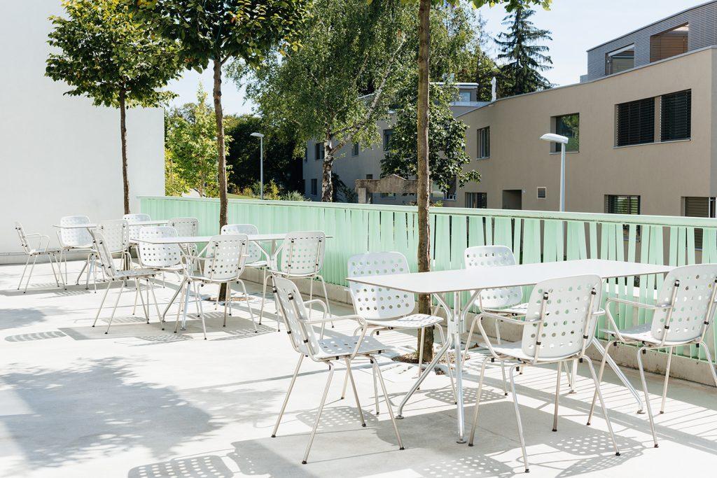 Seledue produit du mobilier haut de gamme depuis 1993, signé par des designers suisses tels que Stefan Zwicky, Kurt Thut ou son fils Benjamin. Leur conception est fonctionnelle, simple et intemporelle. Les matériaux sont sélectionnés avec soin et le design est bien pensé. Le fabricant, amateur de modernité, réédite également la chaise en aluminium dessinée en 1953 par Hans Coray.