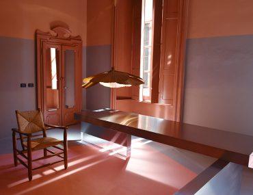 Dimorestudio, Milan Design Week 2017. Suspension de Ingo Maurer et chaise de Charlotte Perriand