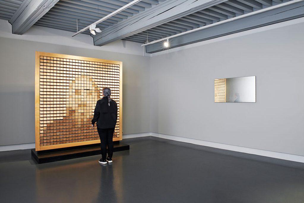 Wooden Mirror de Daniel Rozin et, à droite, Ghost de Olivier Sidet. Photo © Daniela Droz & Tonatiuh Ambrosetti