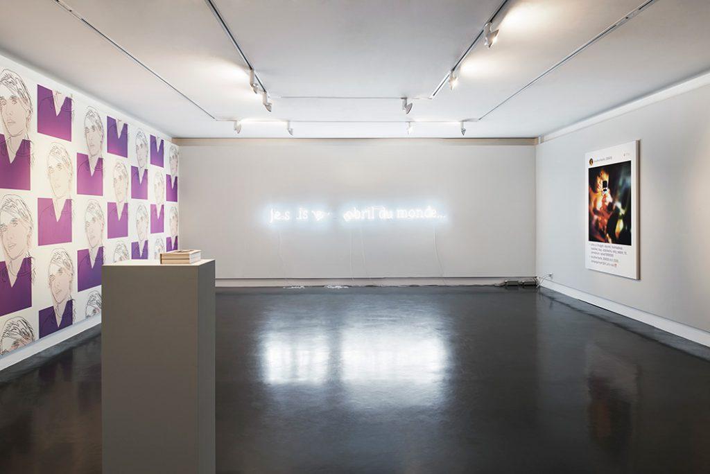 Vue de l'exposition Miroir Miroir, à gauche papier peint de Andy Warhol, au centre Douglas Gordon, Untitled (je suis le nombril du monde), et à droite New portraits de Richard Prince. Photo © Daniel Droz & Tonatiuh Ambrosetti