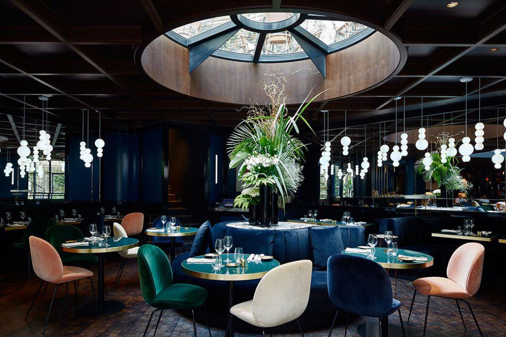 Hôtel Le Roch Paris, décoré par Sarah Lavoine. Chaises Beetle de GamFratesi pour Gubi