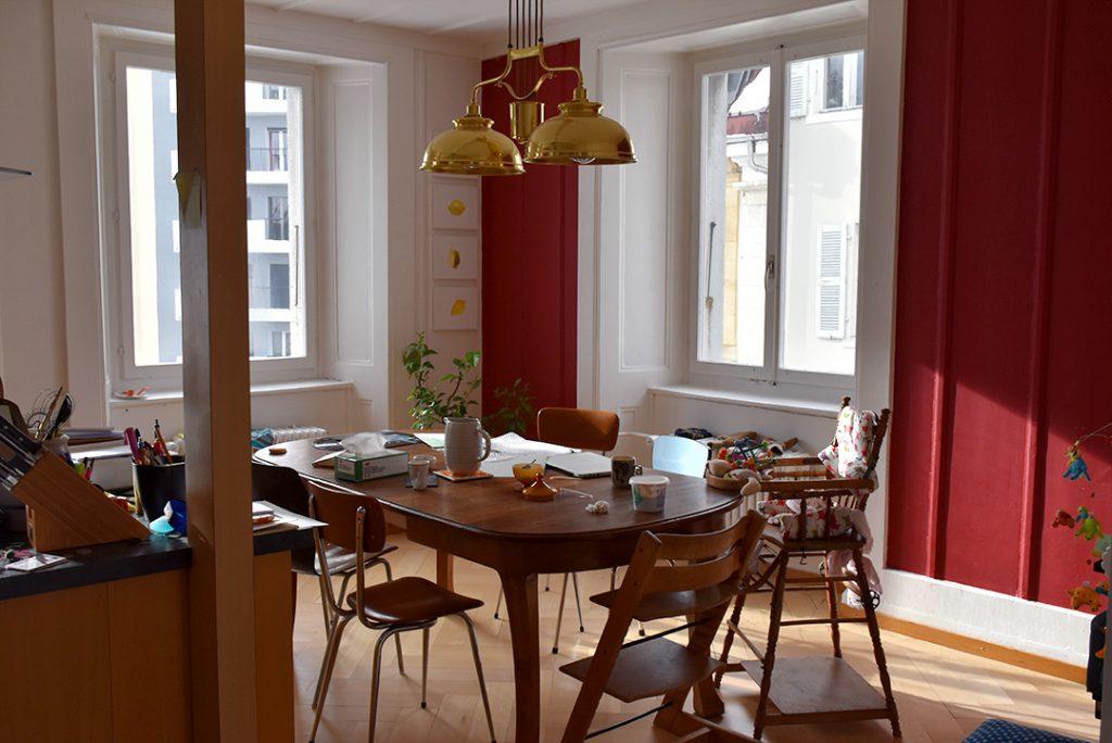 Dans la cuisine, chaises et table vintage. Suspension de billard chinée