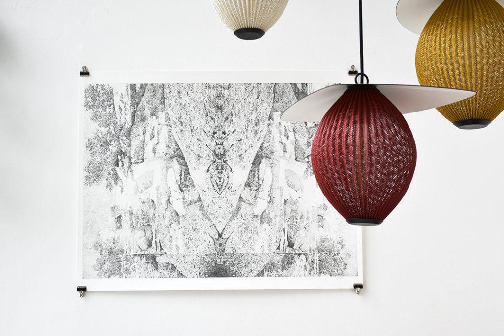 """Vue de l'exposition """"méditations sur un cheval de bois"""" de Noémie Doge à la Galerie Kissthedesign"""