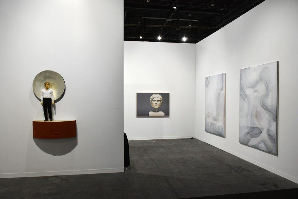 Galerie Nosbaum Reding, Luxembourg. à droite Stephan Balkenhol, à gauche Peter Zimmermann. Photo © Corine Stübi