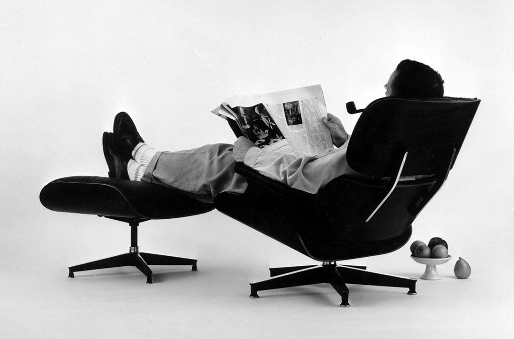 Charles Eames posant dans la Lounge Chair pour une publicité, 1956. © Eames Office