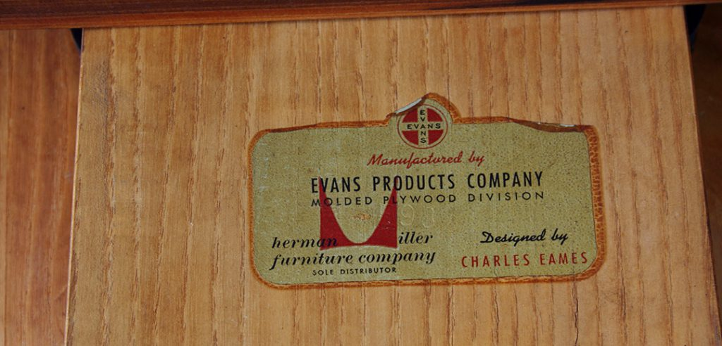 "Autocollant Evans. Il existe 3 sortes d'autocollants: Evans seul, celui-ci et le label papier dit ""stamp"". Photo © Kissthedesign"