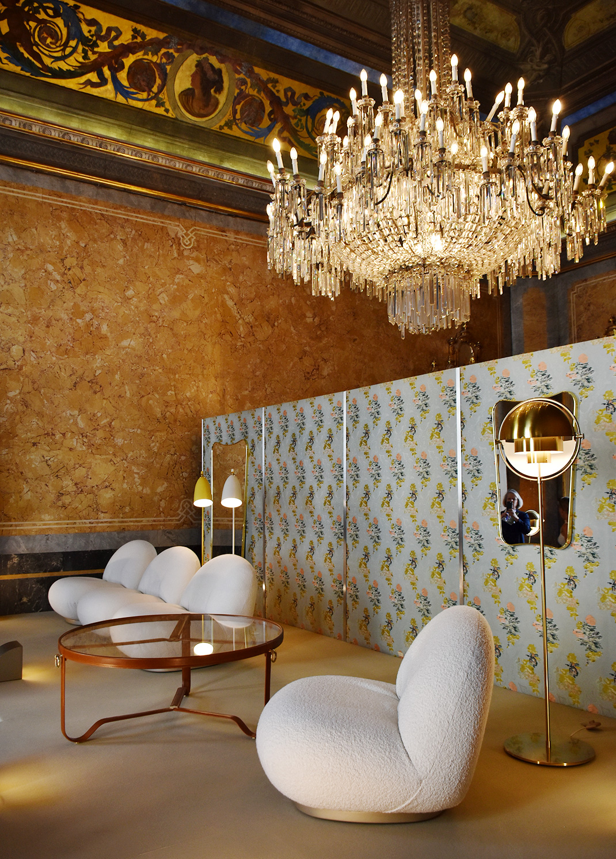 Nouveau fauteuil de Pierre Paulin et nouvelle table basse de Adnet, Gubi, Palazzo Serbelloni. Photo © Corine Stübi