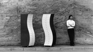 Shiro Kuramata avec ses commodes Side pour Cappellini, 1970