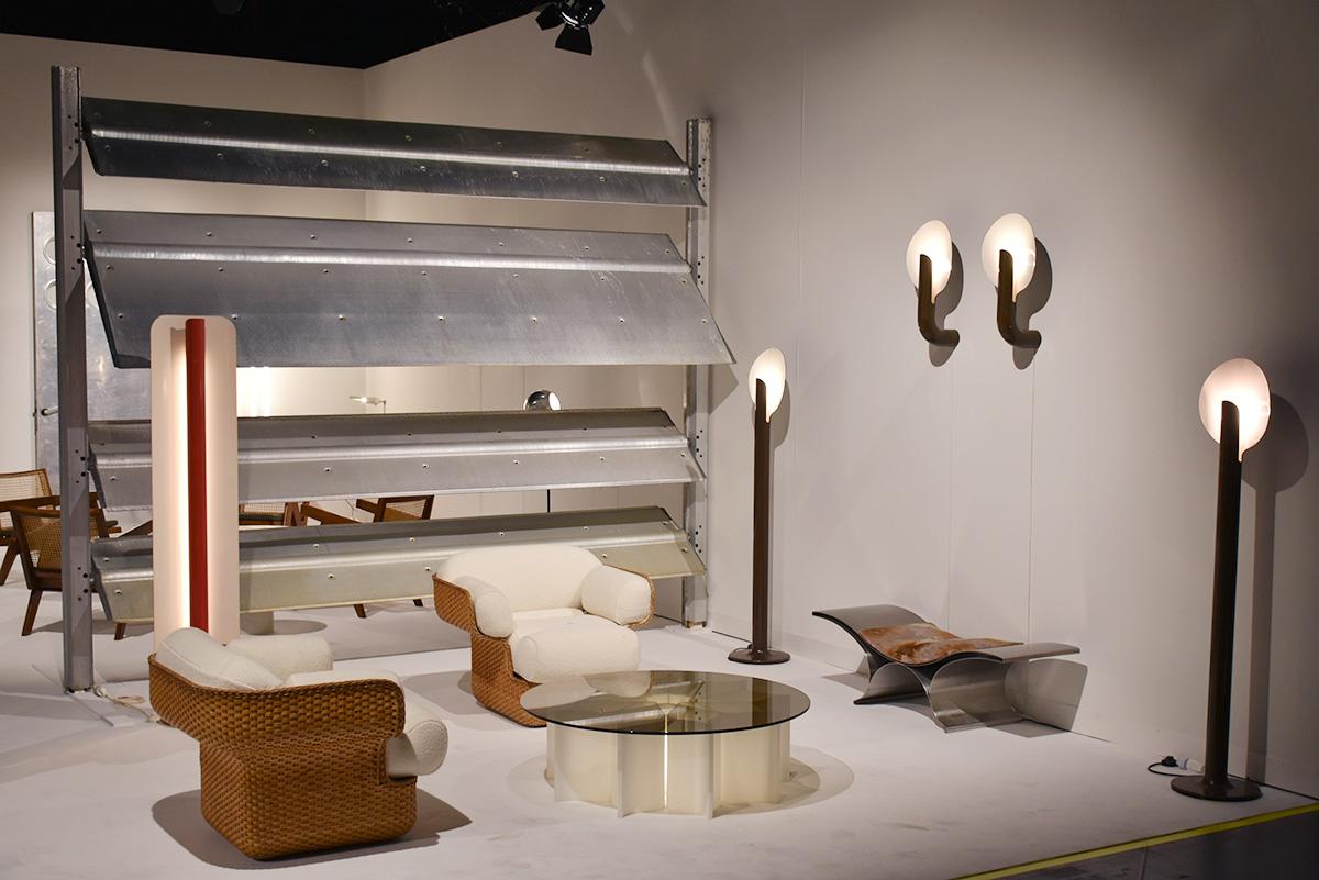 Paire de fauteuils de Joe Colombo, table et lampes de Pierre Paulin. Jousse entreprise