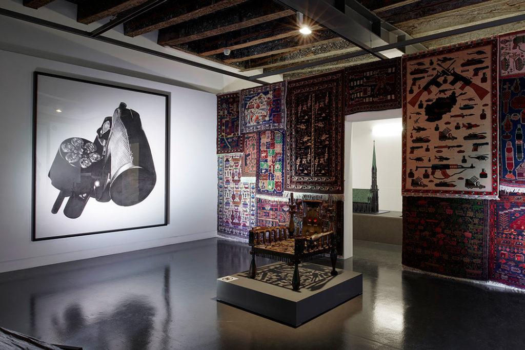 Vue de l'exposition 'ligne de mire', mudac, Lausanne 14.03 – 29.08.2018 Œuvres de Robert Longo, Gonçalo Mabunda, Michel Aubry